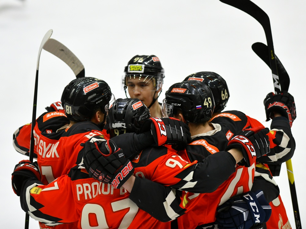 OMSKIE YASTREBY CLINCH THE PLAYOFFS, SPUTNIK, ALTAY AND REAKTOR WIN HARD-FOUGHT GAMES. FEBRUARY 4th REVIEW